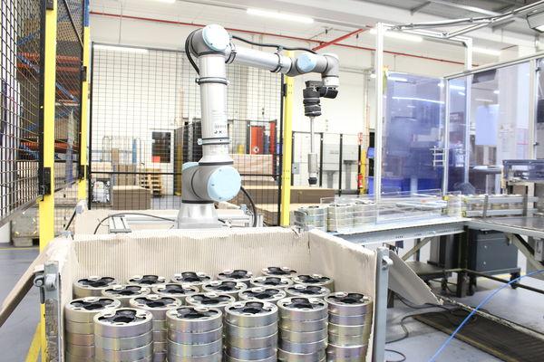 Bei der Süddeutsche Gelenkscheibenfabrik GmbH & Co palettiert ein UR10e von UNIVERSAL ROBOTS Gelenkscheiben und entlastet dadurch die Mitarbeiter.