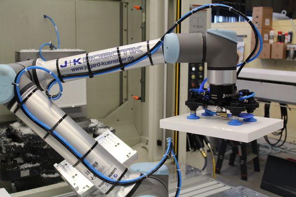 Bei Reichart Feinmechanik in Dießen am Ammersee übernimmt ein UR10e von UNIVERSAL ROBOTS die CNC Automatisierung.