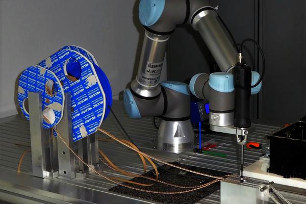 Rädler und Reutemann nutzt einen Cobot UR5e von Universal Robots, um Gewindeeinsätze in Aluminiumbauteile zu fügen. Hier gibt es nähere Infos.