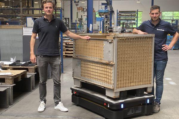 Der mobile Roboter MiR1000 transportiert mit Blechen beladene Paletten aus der Produktion ins Lager der Eirenschmalz GmbH und optimiert den Materialfluss.