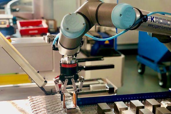 Bei Peter Merkl Sondermaschinen und Präzisionszerspanungstechnik wird ein Cobot UR10e von Universal Robots effizient in der Zerspanung eingesetzt.