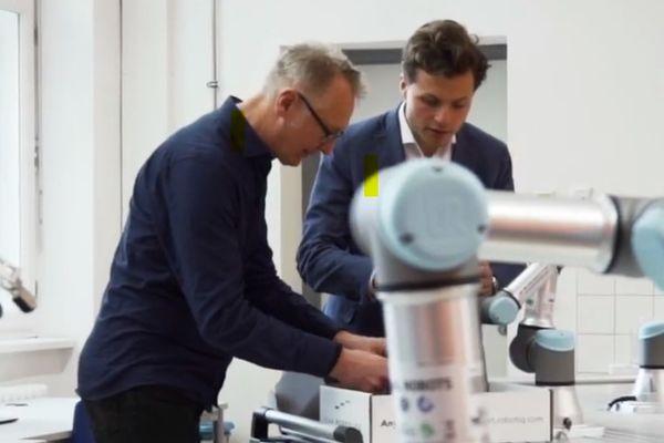 Wir unterstützen Schulen und Ausbildungsabteilungen in Unternehmen, schnell und einfach Roboter-Trainingszellen in Betrieb zu nehmen. Hier eine Referenz von MAN