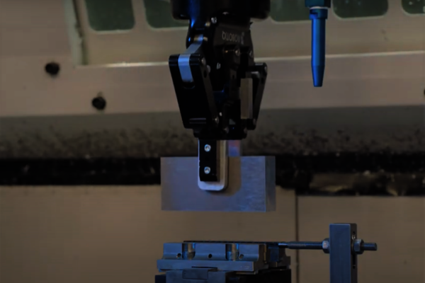 Bei ARRI bestückt ein Cobot von Universal Robots eine CNC-Fräsmaschine automatisch mit Rohteilen und zwar nachts und an den Wochenenden.