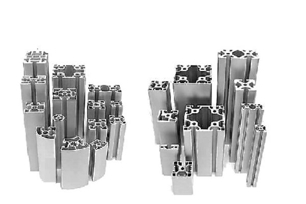 Modulares Profilsystem von J+K – Aluminiumprofile für Maschinen- und Anlagenbau. Schutzzaun, Arbeitstische, Roboterzellen, Gestelle und Zubehör.