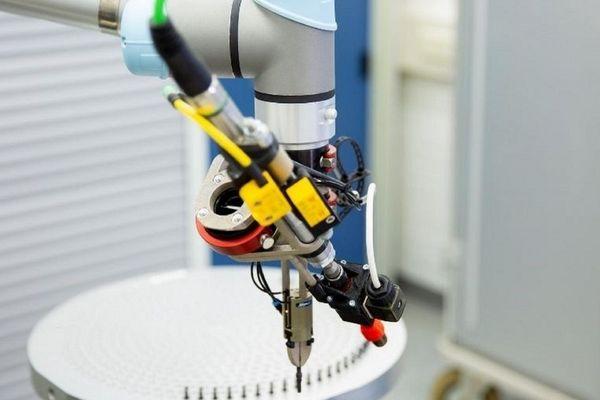 Bei der ArianeGroup in Ottobrunn entlastet ein Cobot von Universal Robots die Mitarbeiter im Testing und garantiert dabei hohe Qualitätsstandards.
