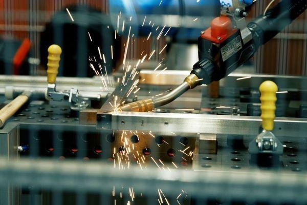 Automatisiert schweißen mit Cobots von Universal Robots. Schweißroboter auch für kleine und mittlere Betriebe für mehr Wirtschaftlichkeit. Einfach und schnell.