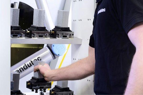 Hier finden Sie ein Beispiel, wie sich der Roboter von Universal Robots zur automatischen Maschinenbeladung einsetzen lässt. Wir beraten Sie gerne.